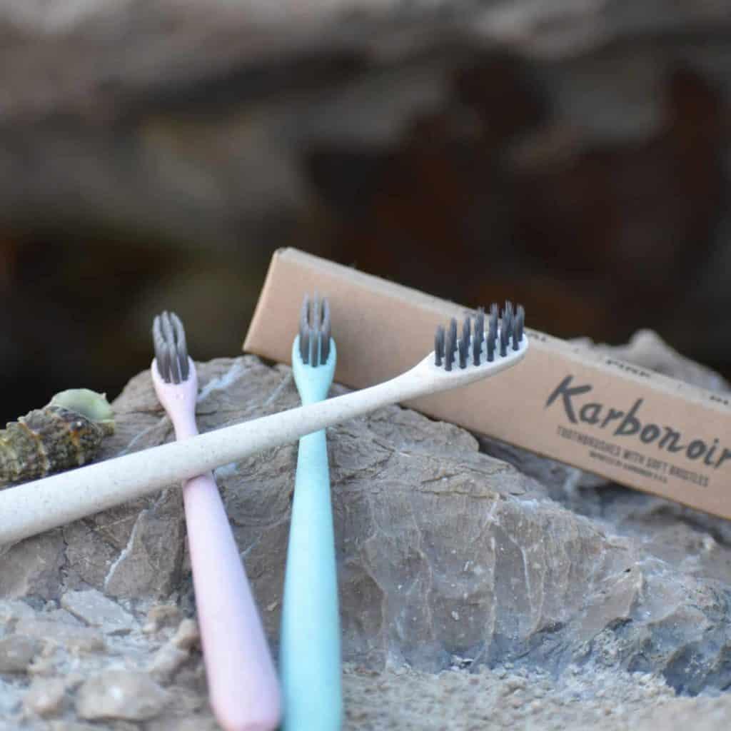 Zahnbürsten mit Aktivkohle