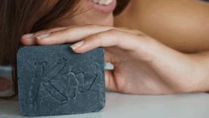 schwarze Seife gegen fettige Haut